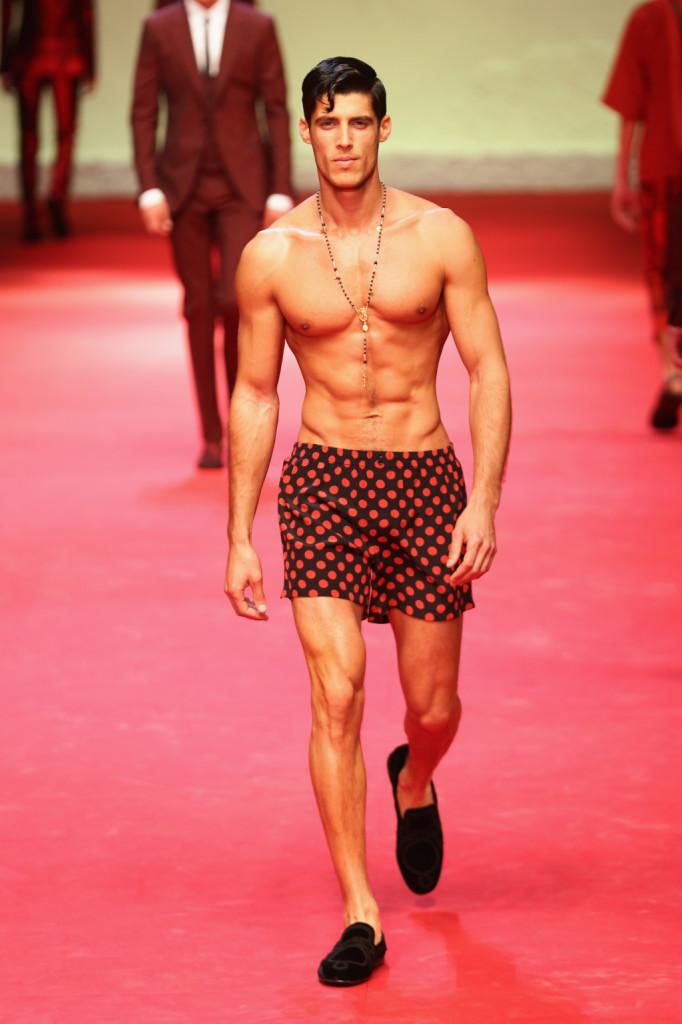 Beachwear a pois: è la collezione SS 2015 di Dolce e Gabbana