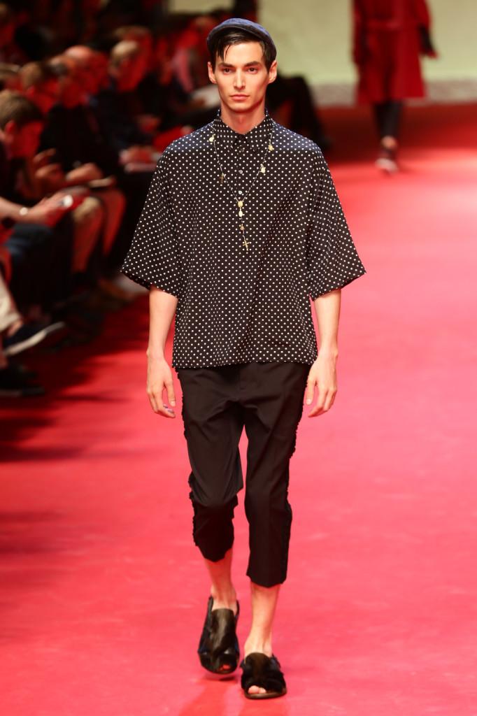 Le maglie si fanno maxi e i pantaloni salgono al polpaccio: è la primavera-estate 2015 di Dolce e Gabbana
