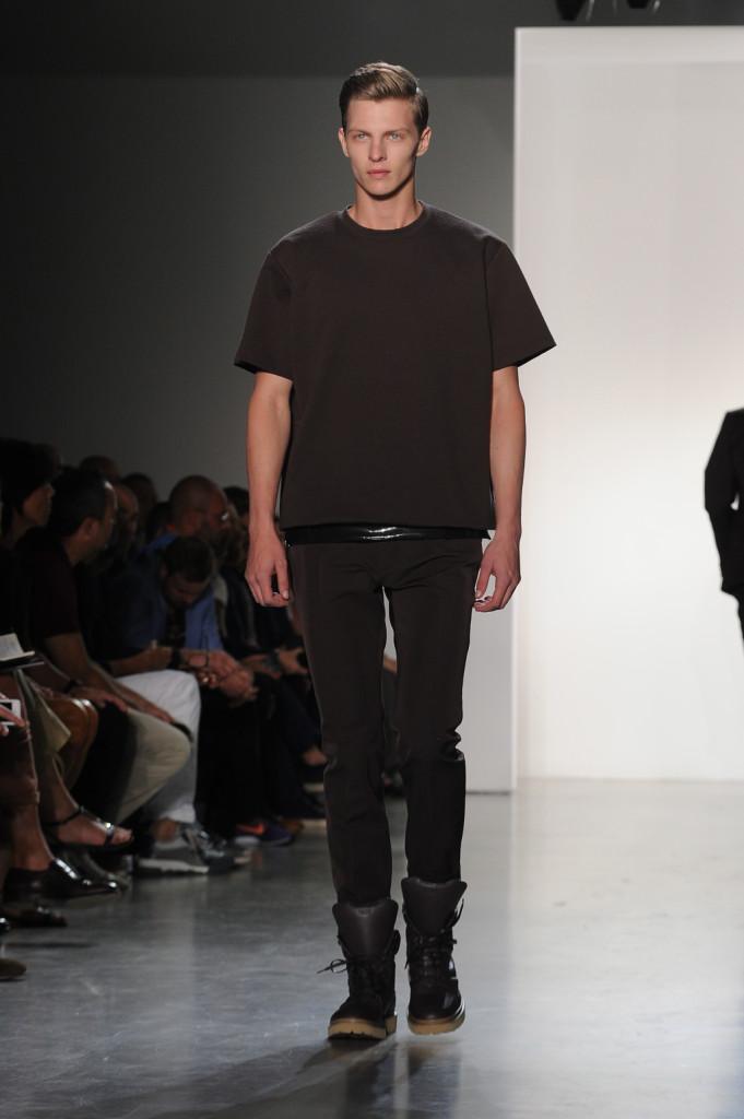 Look total black per la collezione primavera-estate 2015 di Calvin Klein