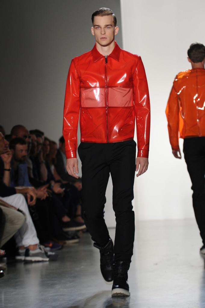 Da Calvin Klein, collezione menswear SS 15, sfilano in passerella k-way in pvc colorato