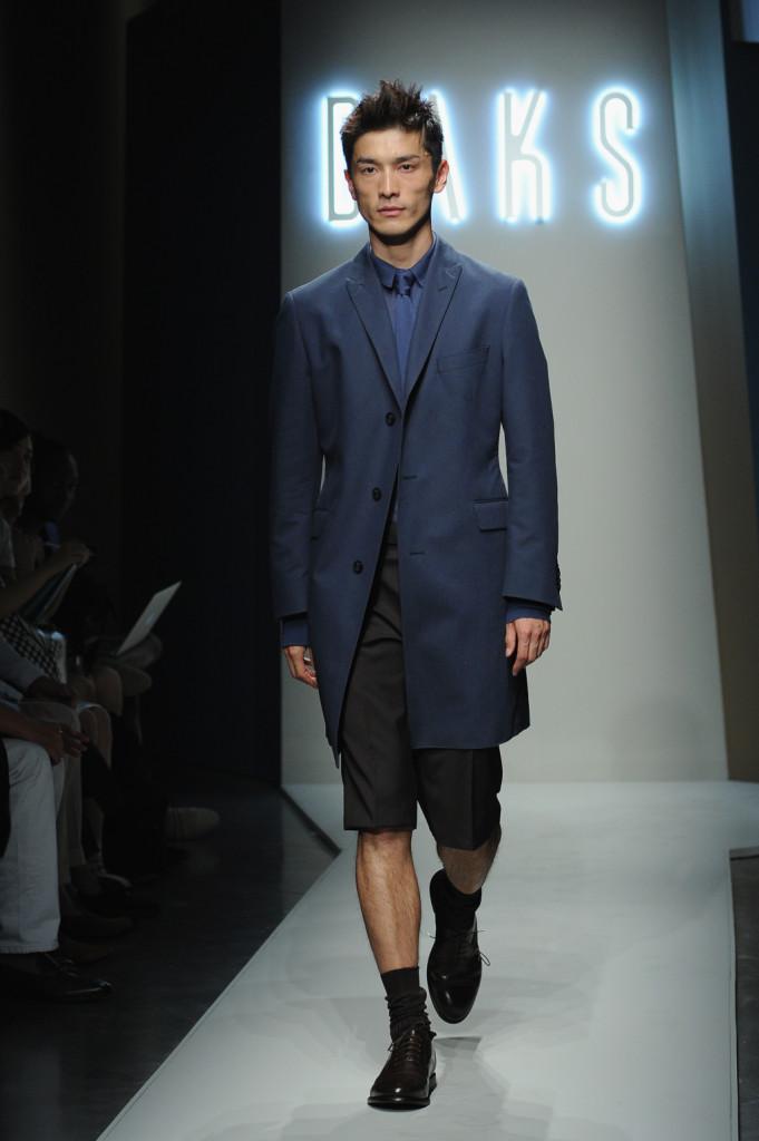 Total look blu per Daks: alla giacca elegante va abbinato il pantalone al ginocchio