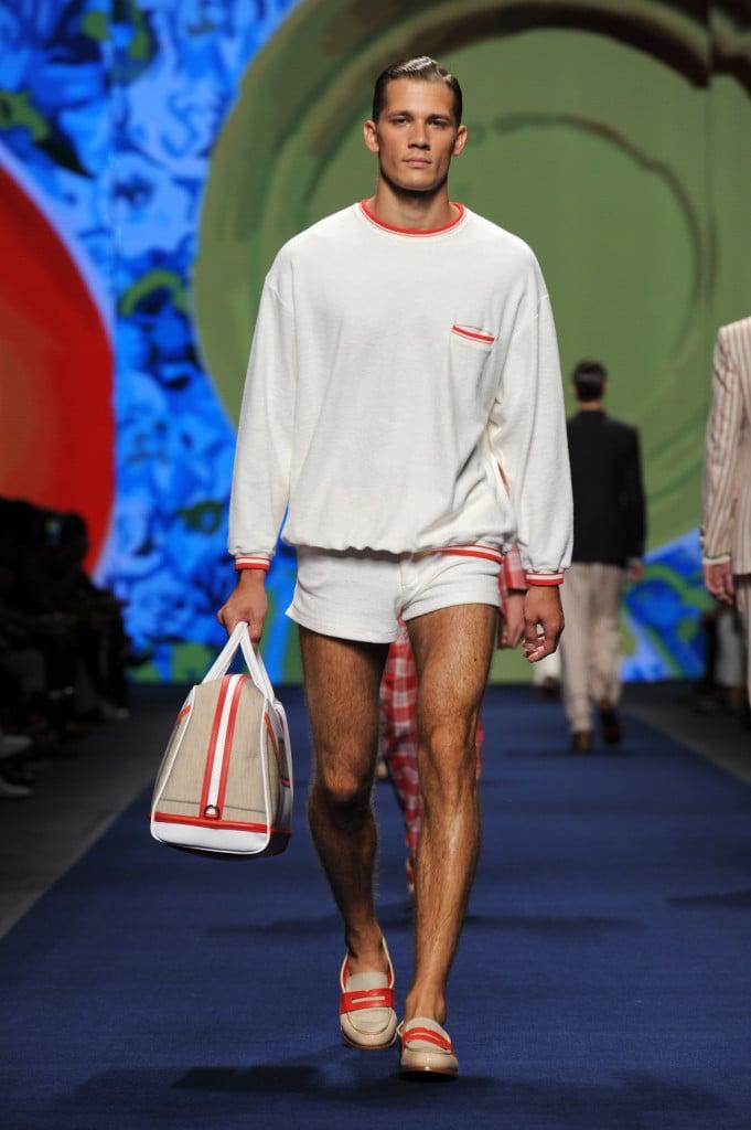 Shorts e maxi bag: è l'uomo di Etro