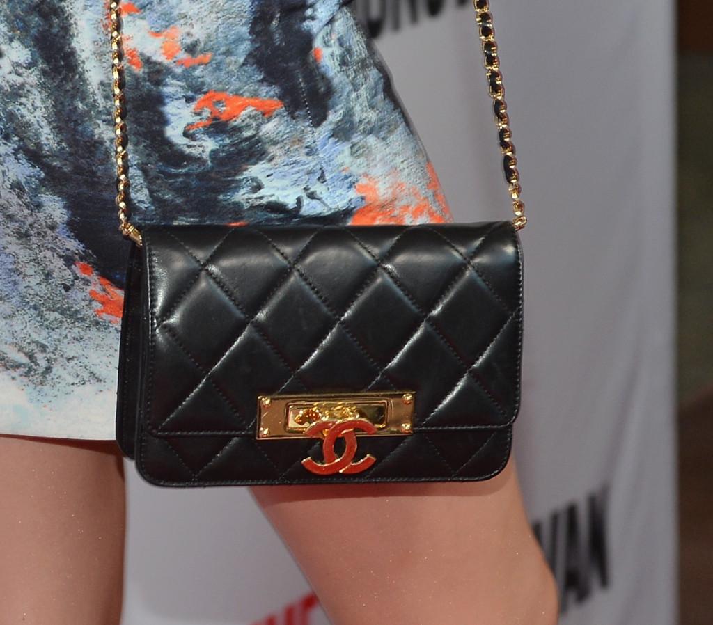 2.55 di Chanel si può abbinata ad un minidress dalla stampa floreale per un effetto easy chic