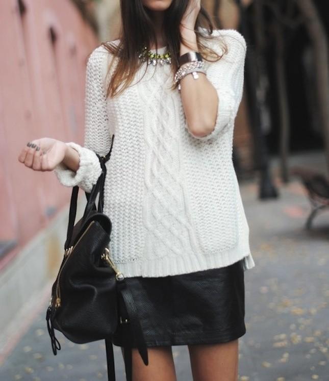 Per un look casual, la gonna di pelle è perfetta se indossata sopra ad un maglione oversize