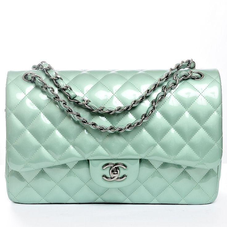 Dal colore latte e menta questa 2.55 di Chanel è adatta ad un look iper estivo