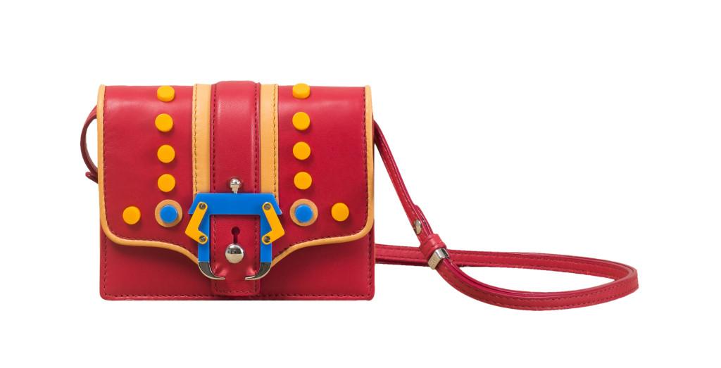 Modello Anna Cirque Red Lily Pads, Paula Cademartori SS 14. Tracollina in nappa murder red con borchie piatte e fibbia in plexiglass bicolor
