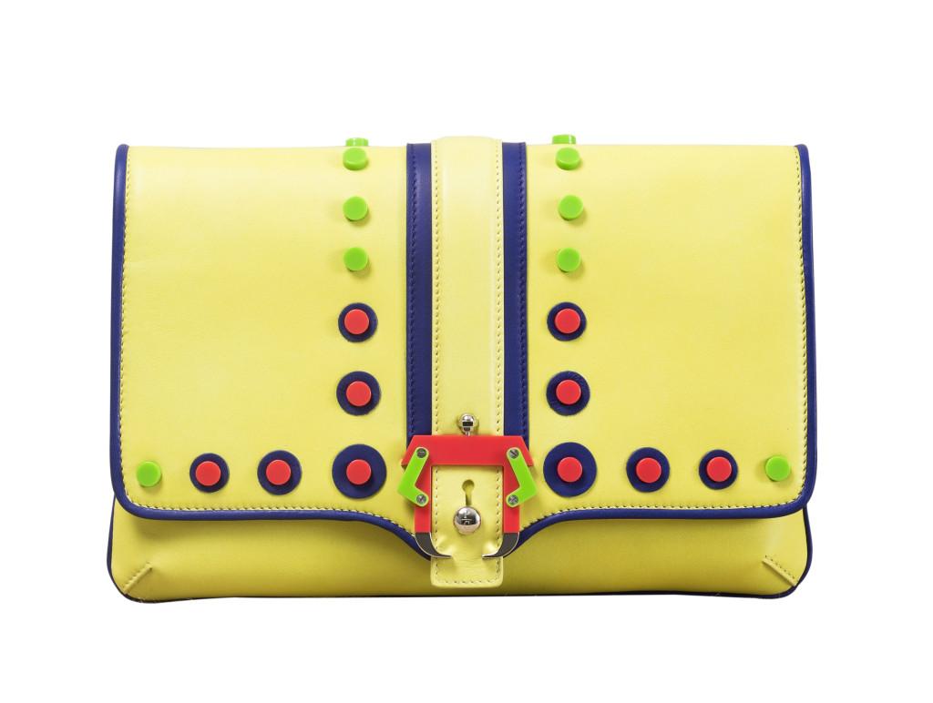 Modello Sylvie Cirque Concete, Paula Cademartori SS 14. Clutch in nappa neon yellow con borchie piatte e fibbia in plexiglass bicolor