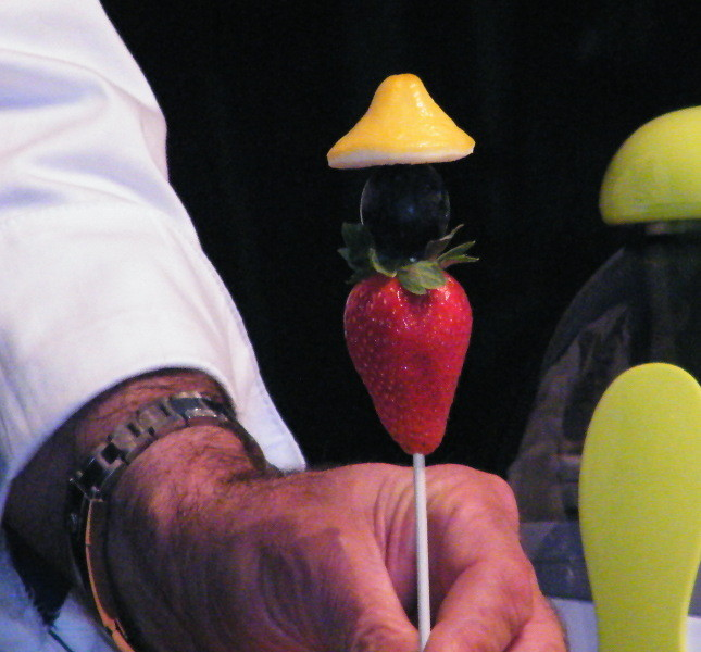 Cinesino fatto con fragola, uva nera e limone