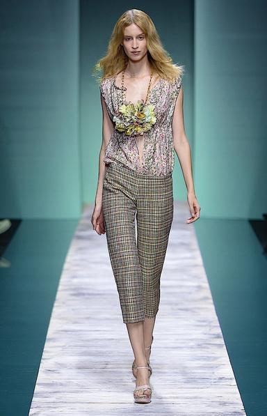La collezione Kristina Ti per la primavera-estate 2014. Top floreale e pantalone con fantasia geometrica