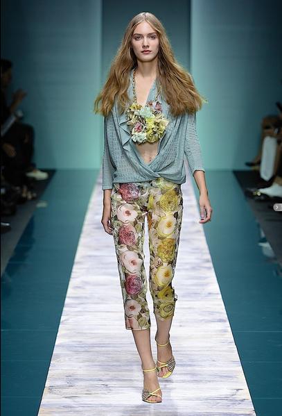 La collezione Kristina Ti per la primavera-estate 2014. Top minimal e pantalone dritto con stampa floreale