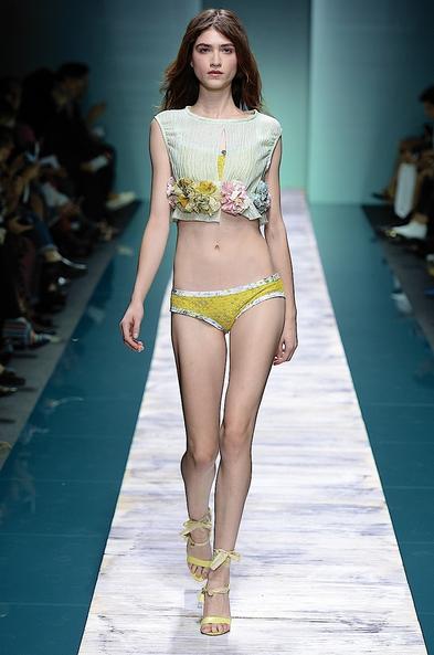 La collezione Kristina Ti per la primavera-estate 2014. Crop top con dettagli floreali e slip da spiaggia