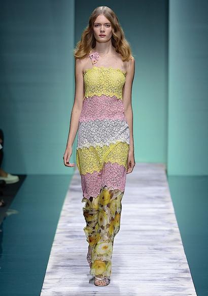 La collezione Kristina Ti per la primavera-estate 2014. Abito lungo colorato, con mix di tessuto: pizzo e floreale