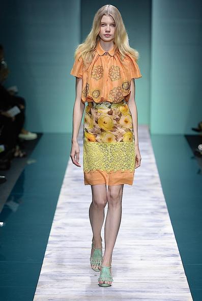 La collezione Kristina Ti per la primavera-estate 2014. Abito in seta e pizzo nei colori arancione e giallo
