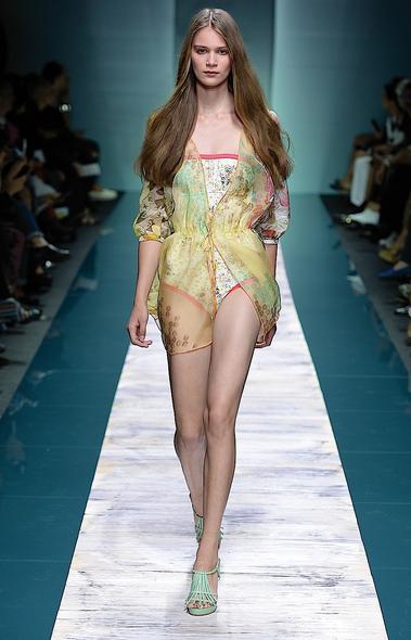 La collezione Kristina Ti per la primavera-estate 2014. Costume intero con copricostume trasparente