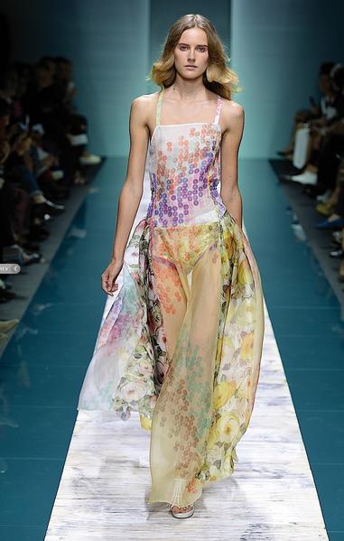 La collezione Kristina Ti per la primavera-estate 2014. Long dress floreale con gonna ampia trasparente