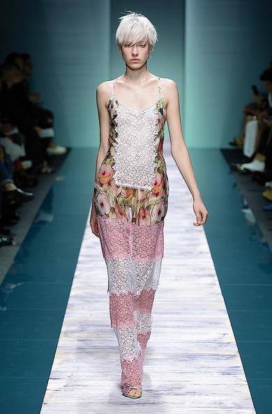 La collezione Kristina Ti per la primavera-estate 2014. Abito lungo in pizzo con inserto in seta floreale