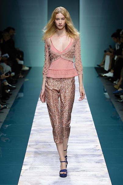 La collezione Kristina Ti per la primavera-estate 2014. Top rosa cipria con scollatura profonda, abbinato ad un pantalone dritto stampato