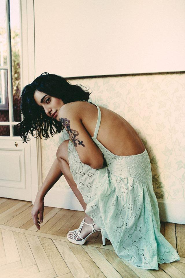 Campagna pubblicitaria della collezione Kristina Ti per la primavera-estate 2014. Abito verde acqua ricamato, con schiena scoperta.