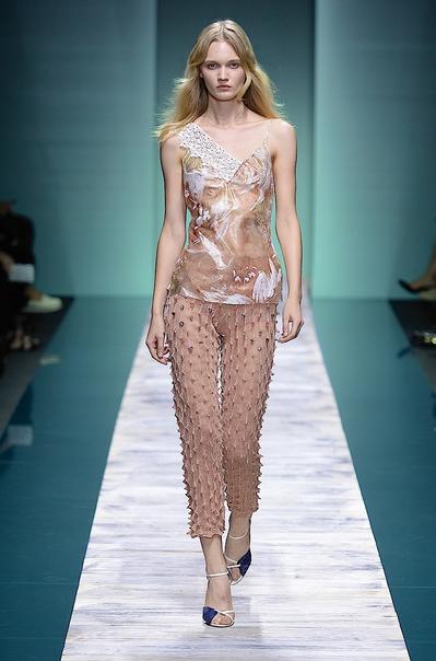 La collezione Kristina Ti per la primavera-estate 2014. Top stampato e pantaloni con applicazioni