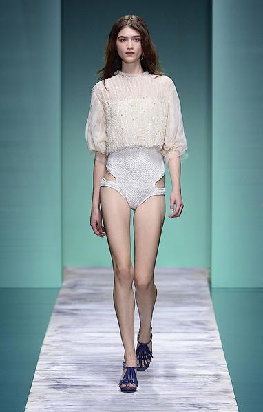 La collezione Kristina Ti per la primavera-estate 2014. Trikini bianco con crop top coordinao