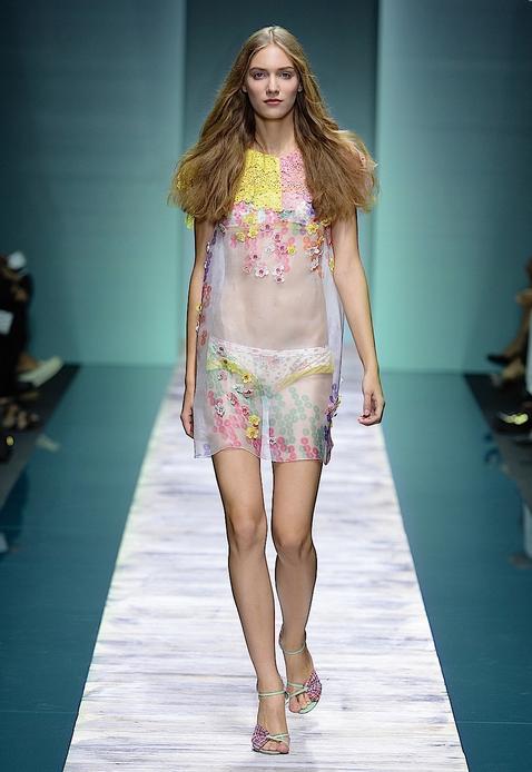 La collezione Kristina Ti per la primavera-estate 2014, abito dritto trasparente con fiori applicati