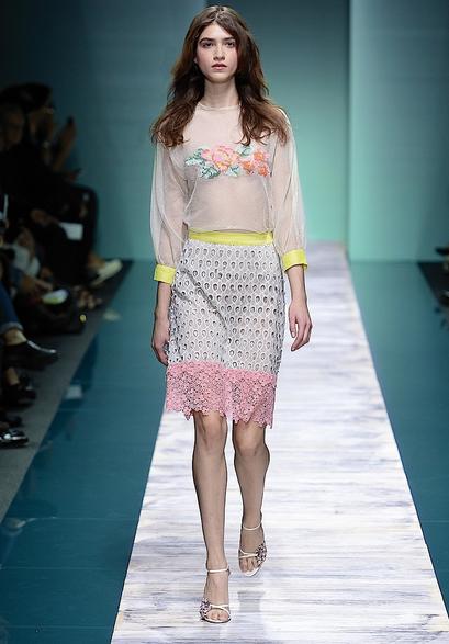 La collezione Kristina Ti per la primavera-estate 2014. camicia trasparente con dettagli sul seno, abbinata ad una gonna a tubo ricamata in pizzo
