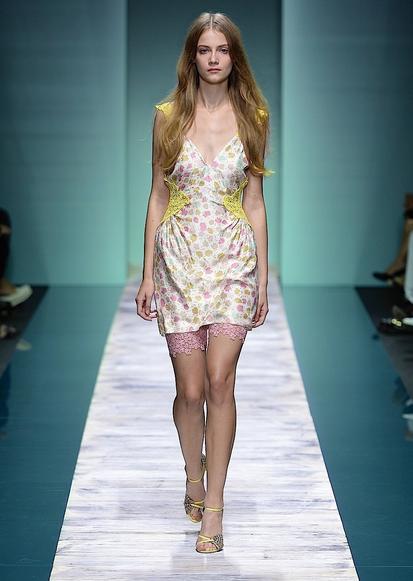 La collezione Kristina Ti per la primavera-estate 2014. Mini dress con dettagli colorati in pizzo
