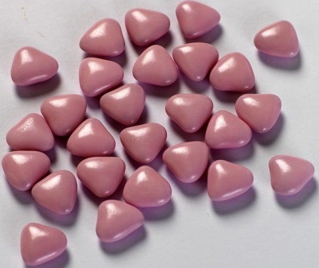 I confetti di colore rosa vengono utilizzati per il battesimo di una bimba
