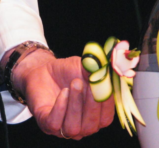 Pacco regalo fatto con zucchina e rapanello