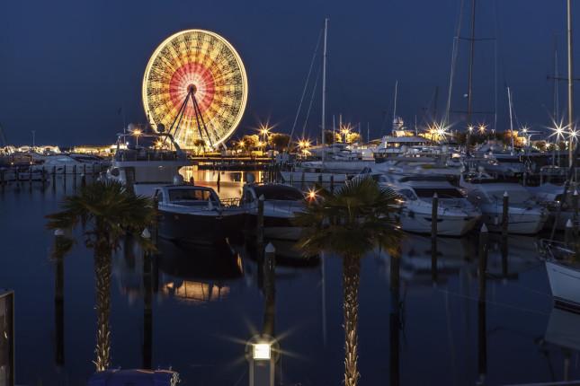 Rimini dal porto, con la ruota panoramica illuminata