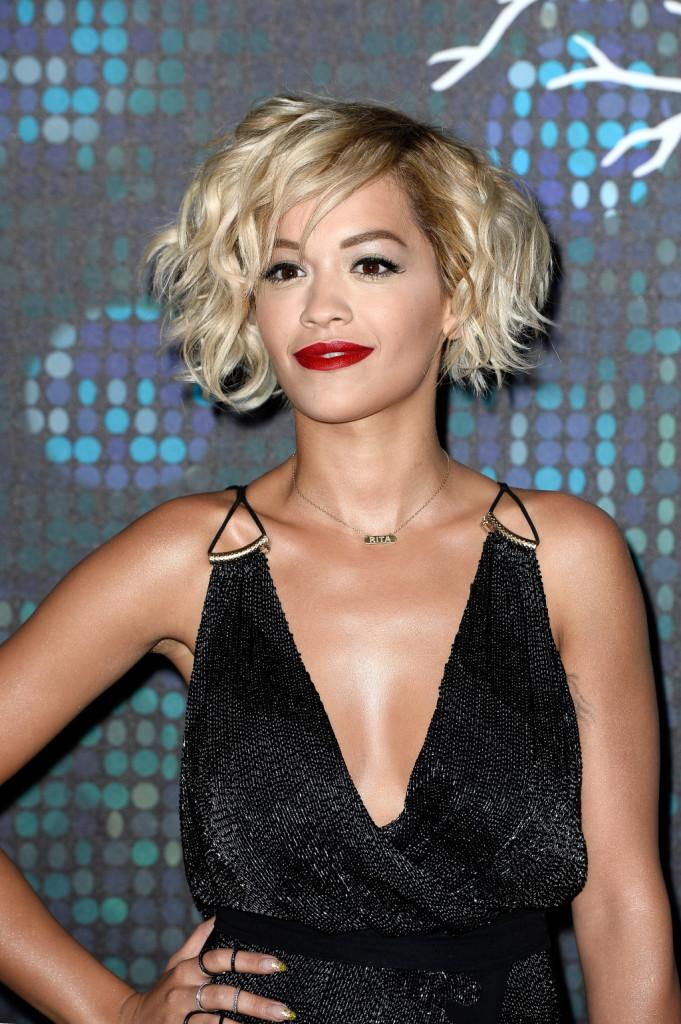 Sbarazzino e sexy questo0 taglio di Rita Ora, selvaggio e leggero, come vuole la moda capelli estate 2014