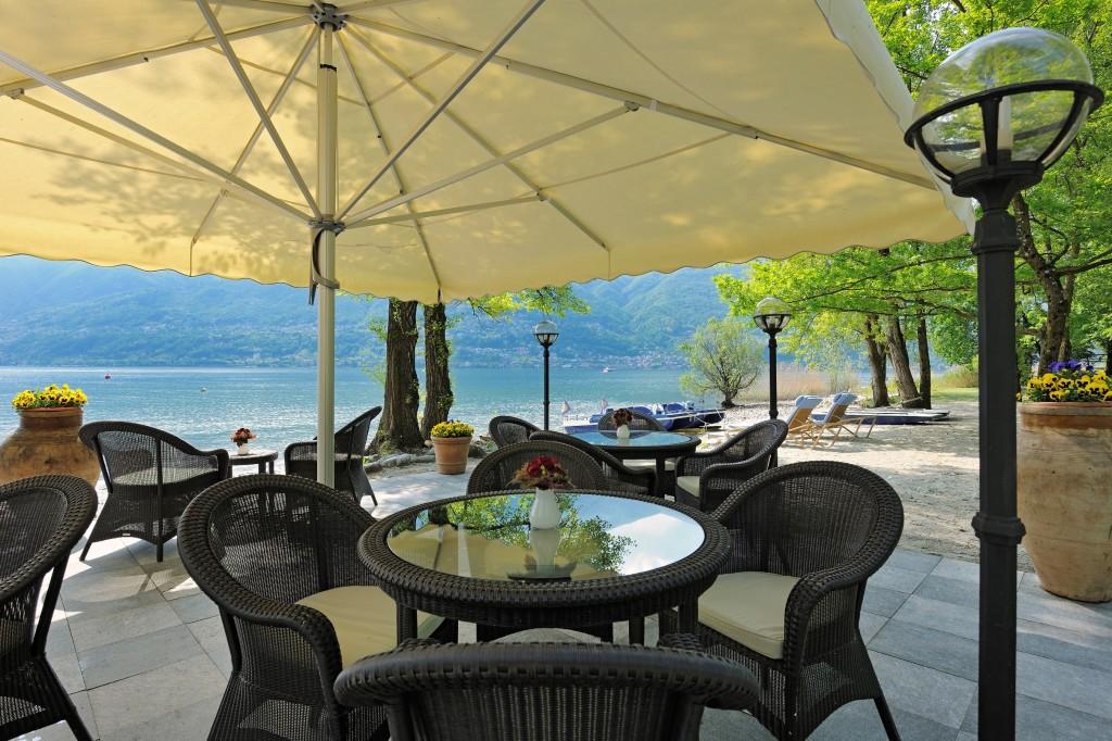 La terrazza si affaccia sul lago e sulla spiaggia privata dell'hotel