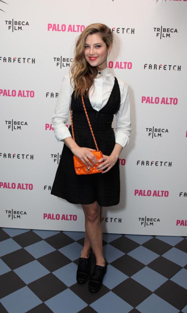 La mini 2.55 arancione in indossata da Zoe Levin  è meravigliosamente abbinata ad una camicia con mini dress