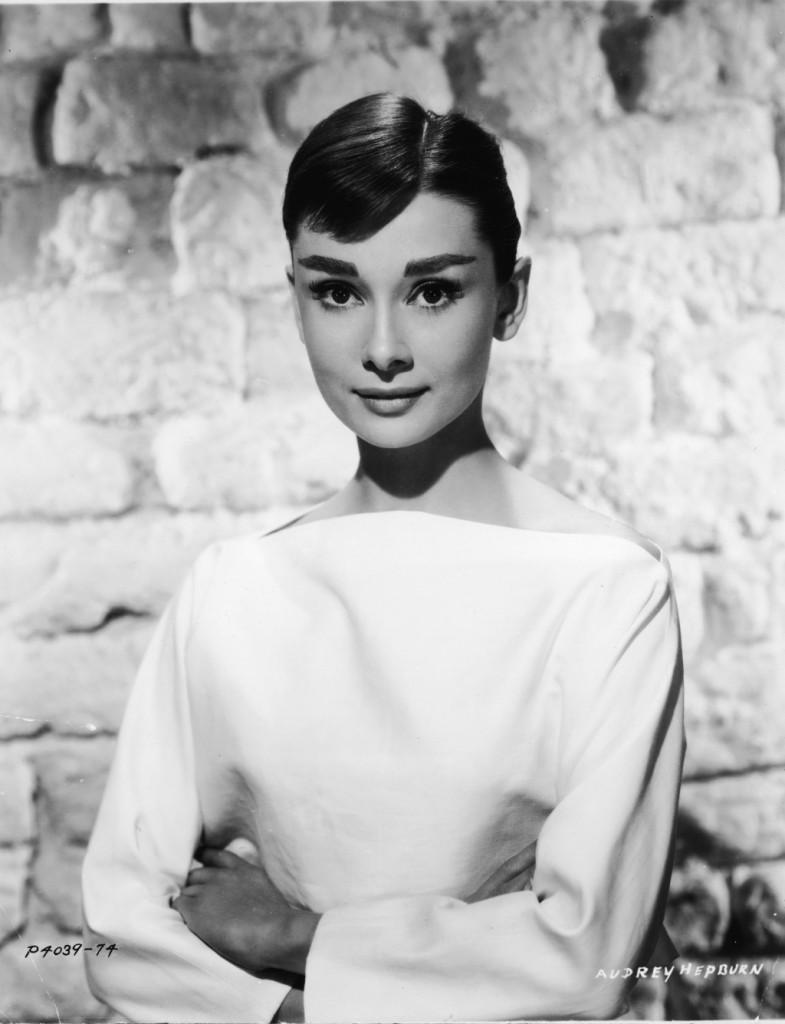 La bellissima Audrey Hepburn  sfoggia uno smokey inteso e allungato