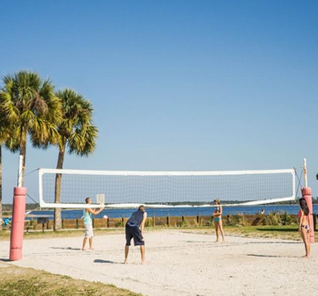 Ragazzi che giocano a beach volley