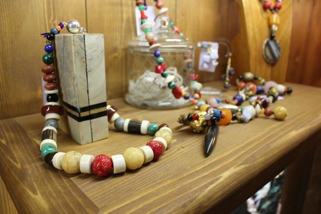 Le proposte Indaco sono infinite dai bracciali agli orecchini, tutti rigorosamente creati in modo artigianale