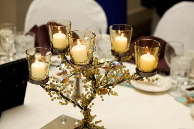 centrotavola con candelabro e candele ideale per matrimoni invernali