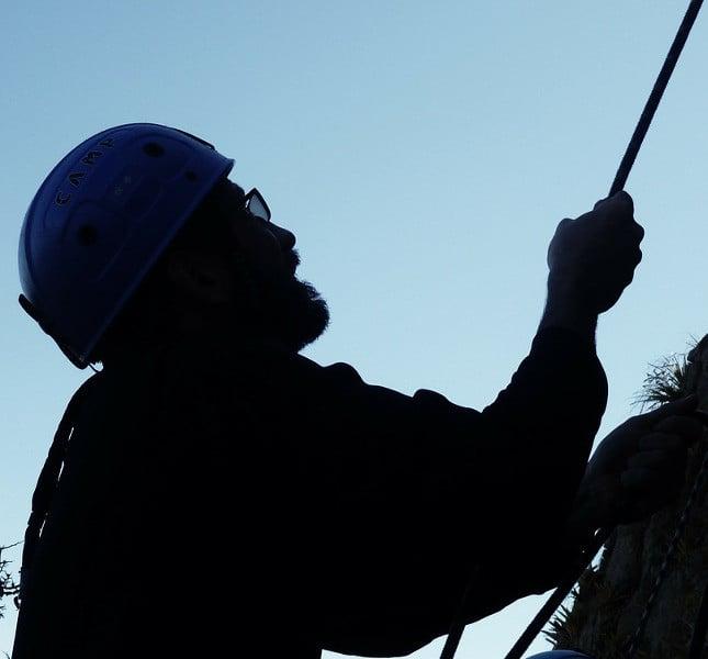 Signore che pratica l'arrampicata