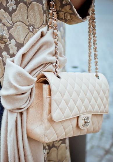 Dai colori tenui la 2.55 di Chanel diventa molto elegante e chic
