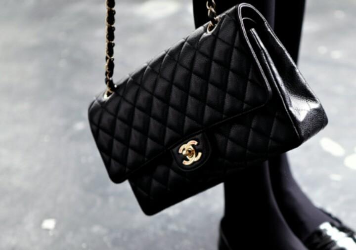 La 2.55 di Chanel è diventata nel tempo una borsa simbolo di eleganza e frivolezza allo stesso tempo
