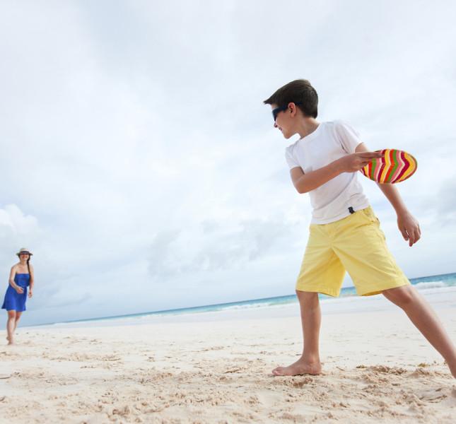 ragazzi che giocano a frisbee