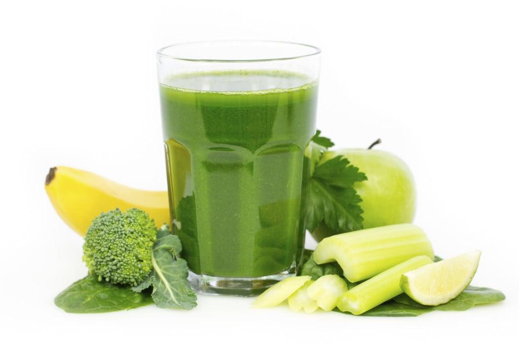 frullato verde con sedano, mela, broccoli e sedano