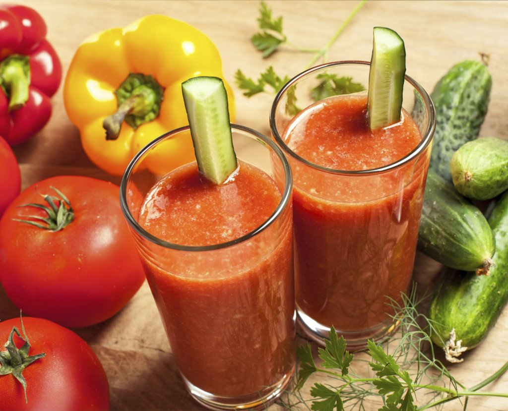 frullato di verdure con peperoni, sedano e pomodorif
