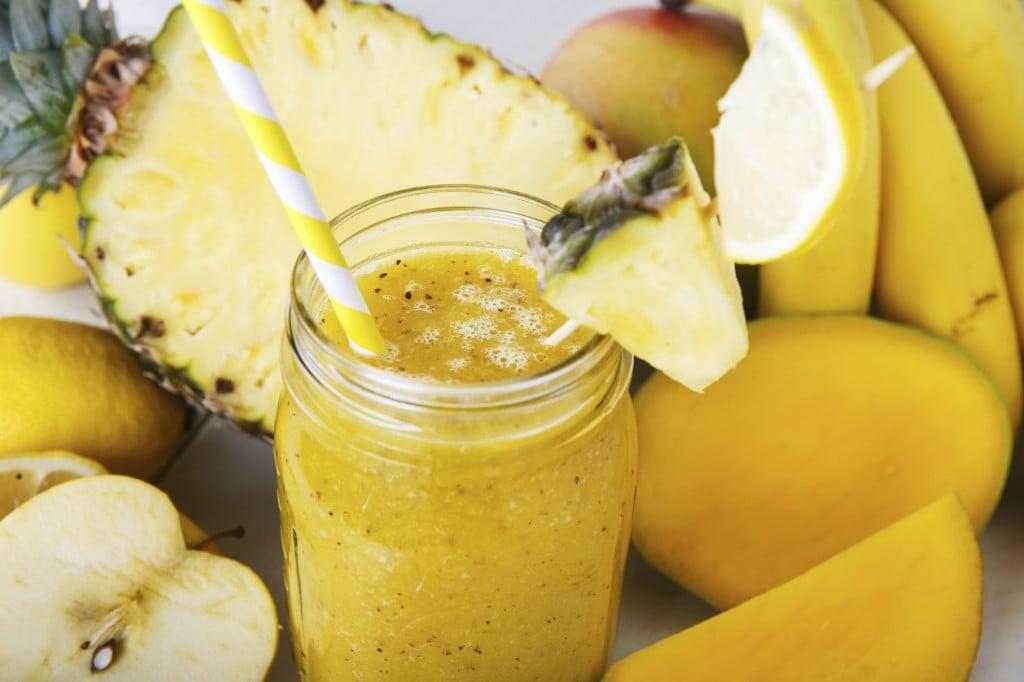 un freschissimo frullato con ananas, mela e banana