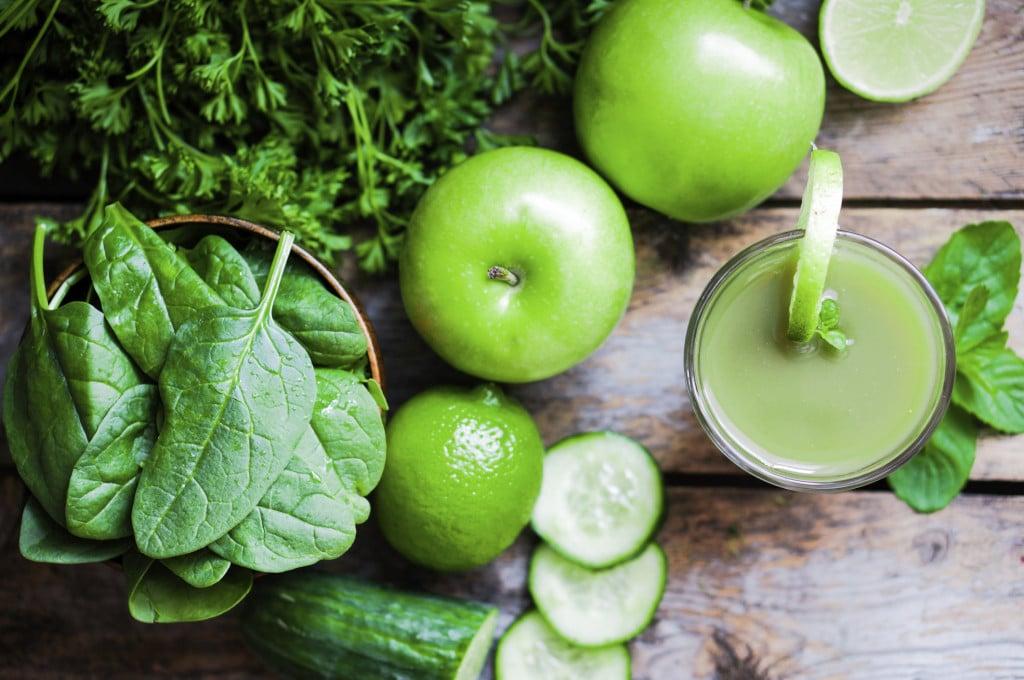 hai voglia di qualcosa di fresco e dissetante? Prova il frullato con cetriolo, mela spinaci e prezzemolo