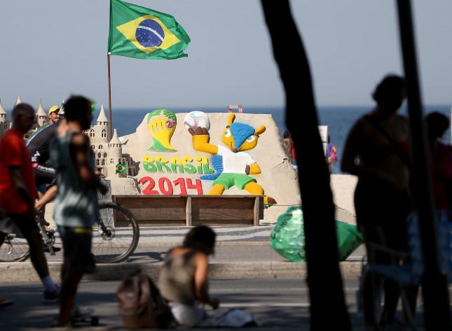 A Copacabana Beach, a Rio, la mascotte dei mondiali viene scolpita con la sabbia