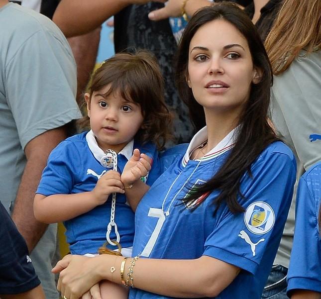 L'attrice Michela Quattrociocche allo stadio con la figlia Aurora per Aquilani