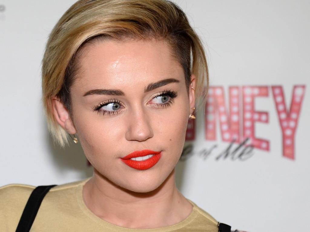 Miley Cyrus, maestra di tendenze, sceglie un bob cortissimo e voluminoso