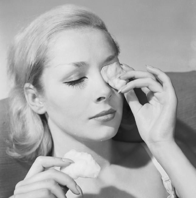 10 Novembre 1960: servizio fotografico di una modella che usa lo struccante occhi