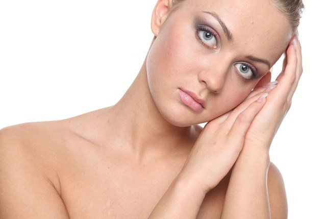 Rosacea, dovuta a fattori ormonali, sole e stress